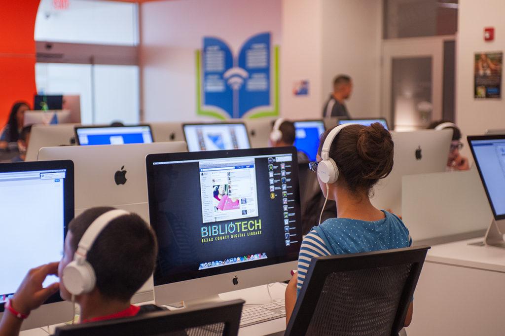 Kids students using BiblioTech